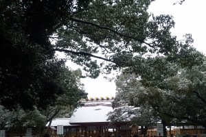 雪化粧の熱田神宮の本殿です